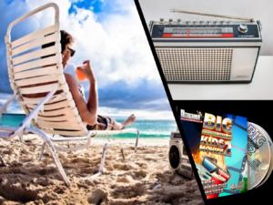 Bærbart stereoanlegg på stranden, gammel reiseradio og CD-plate med omslag