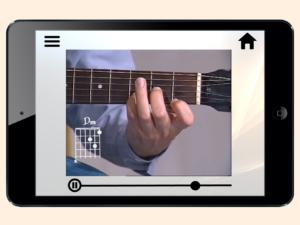 Hånd som tar et grep på en akustisk gitar